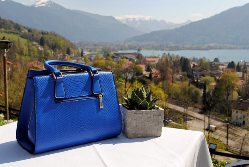 Blaue Tasche mit See