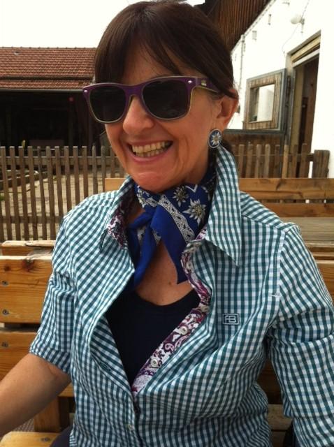 Karobluse und Halstücherl mit Enziandesign - einfach stilvoll auch auf dem Berg unterwegs