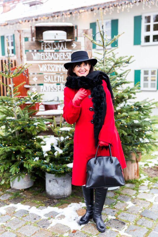 Wollmantel in Rot mit Hut