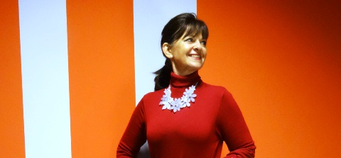 Rotes-Outfit-mit-Kette-klein