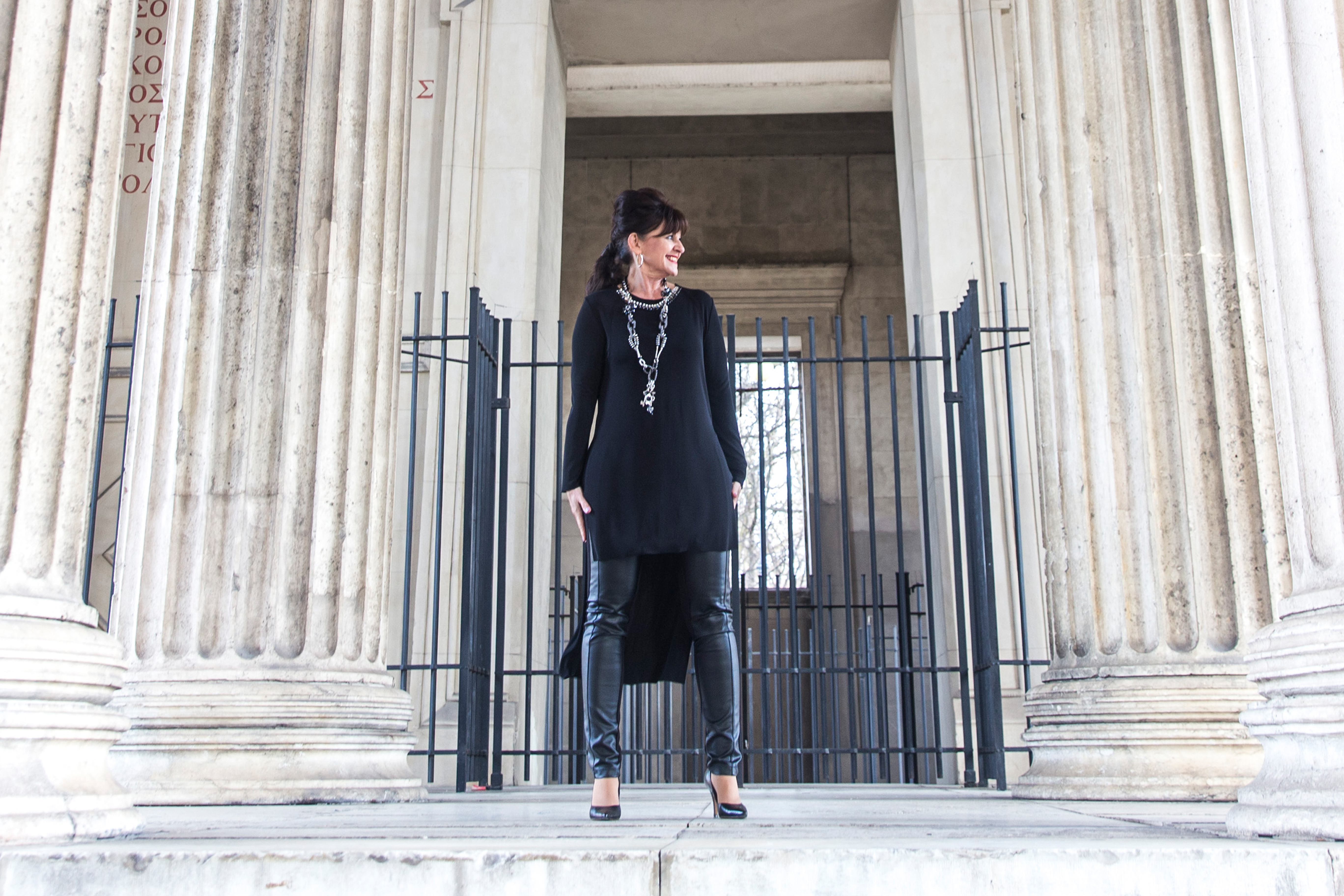 Black-Outfit-Säule