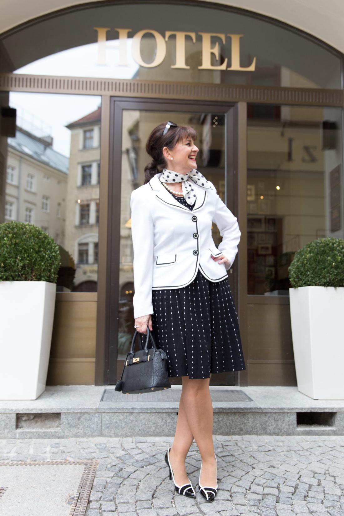 Kleid in Schwarz-Weiß mit Blazer