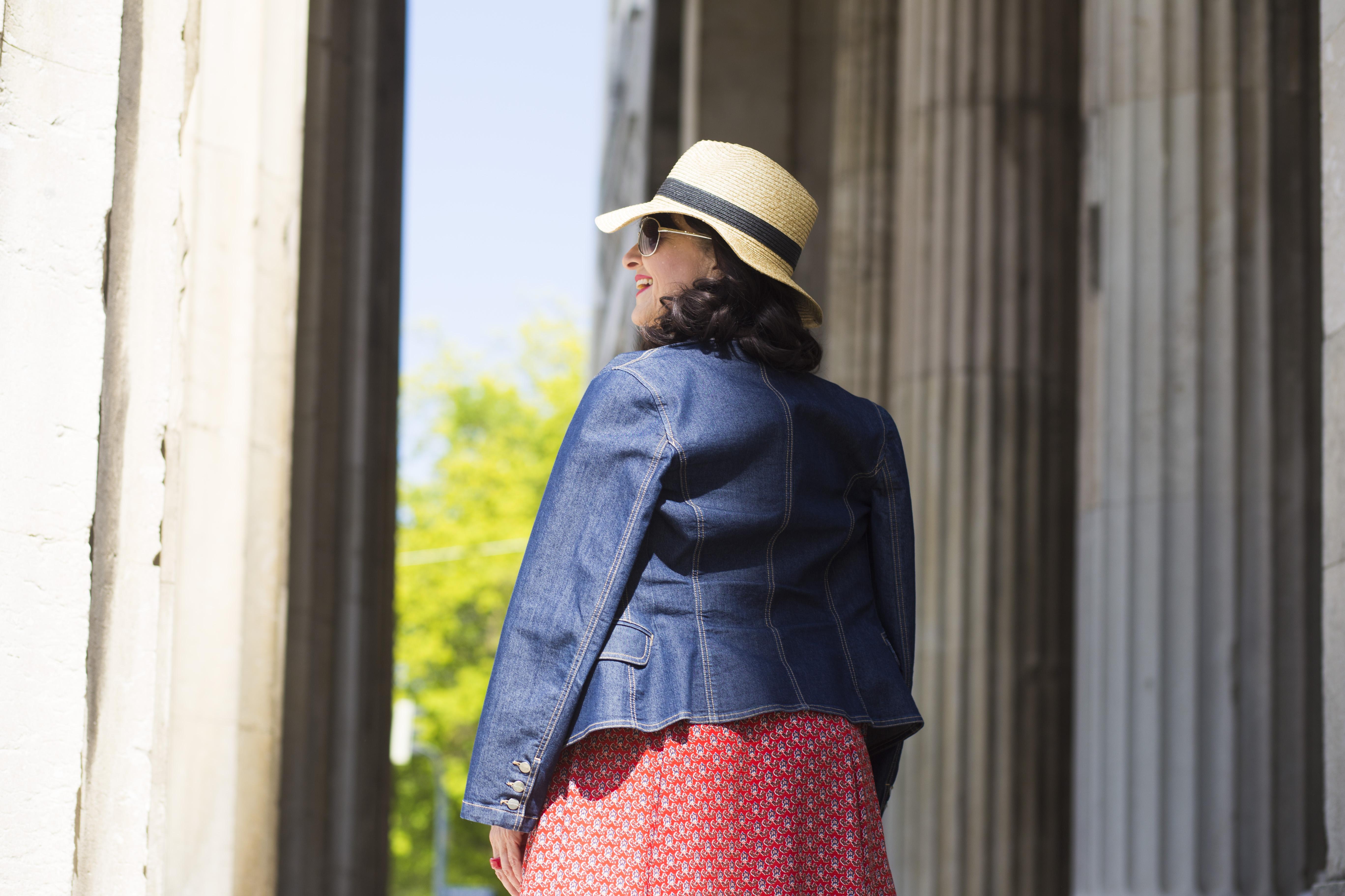 Kleid mit Denim Jacke und Hut