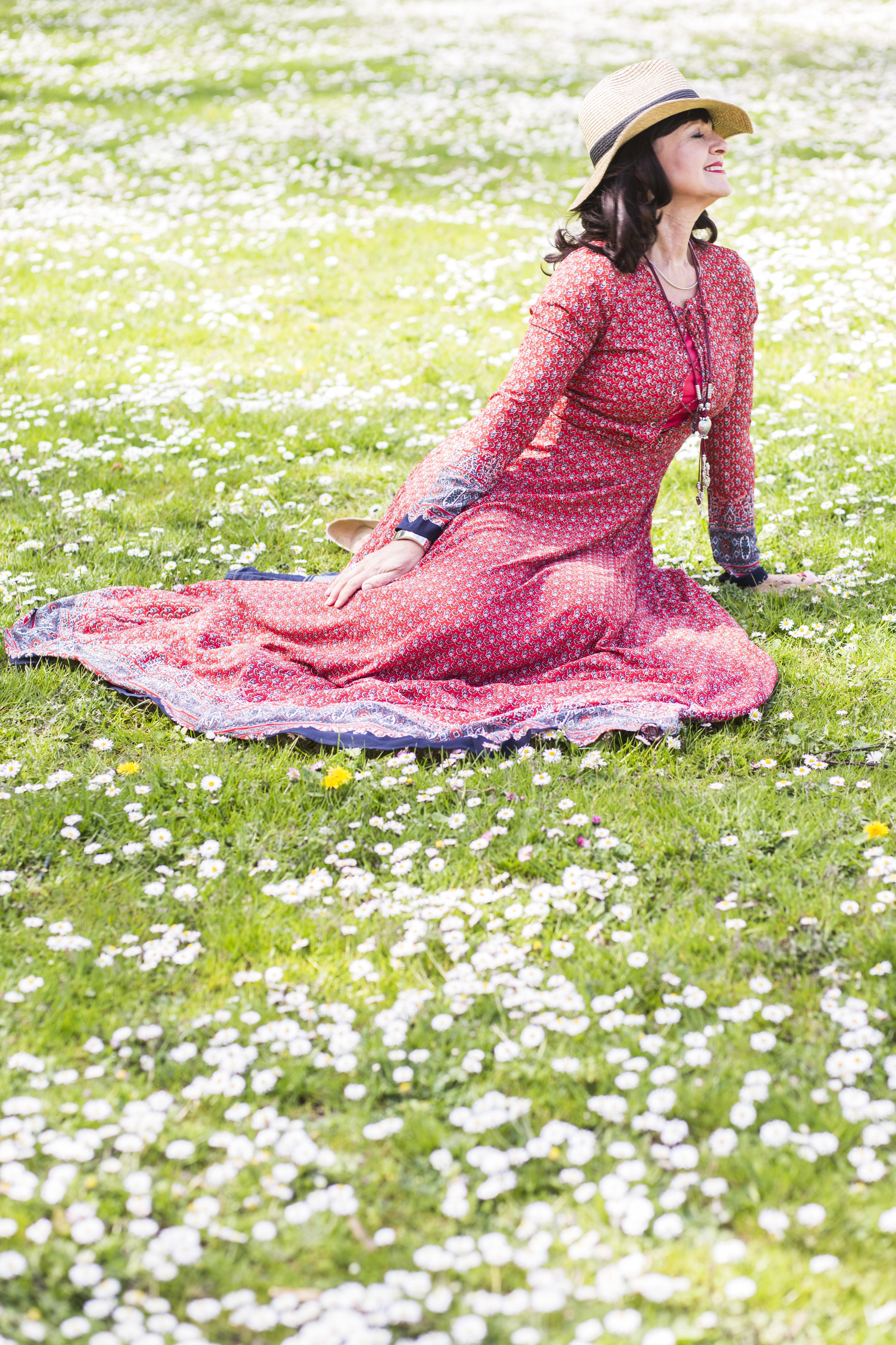 Martina Berg im Boho-Stil in der Gänseblumen-Wiese - I