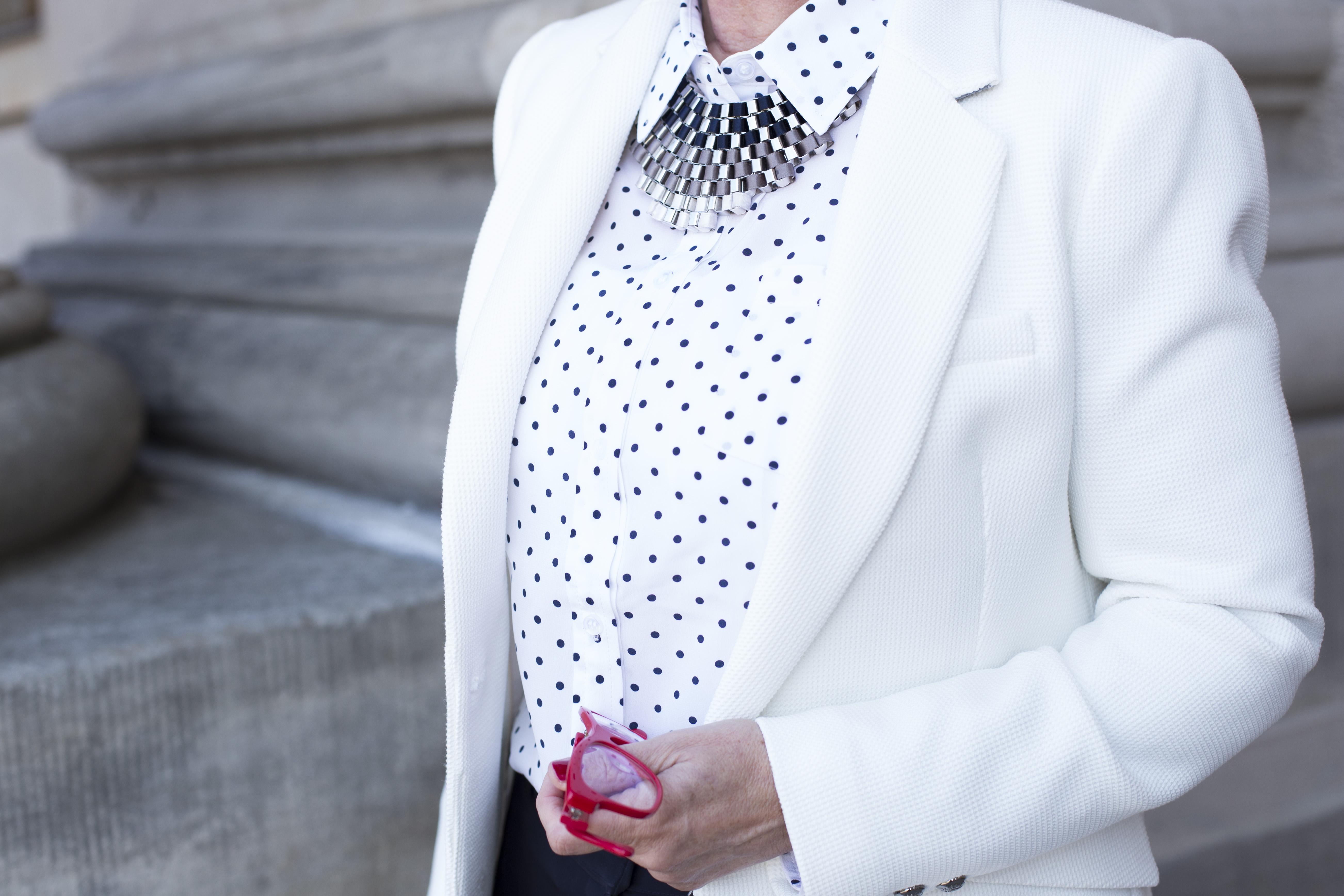 Business Look weißer Blazer - Bluse - Kette