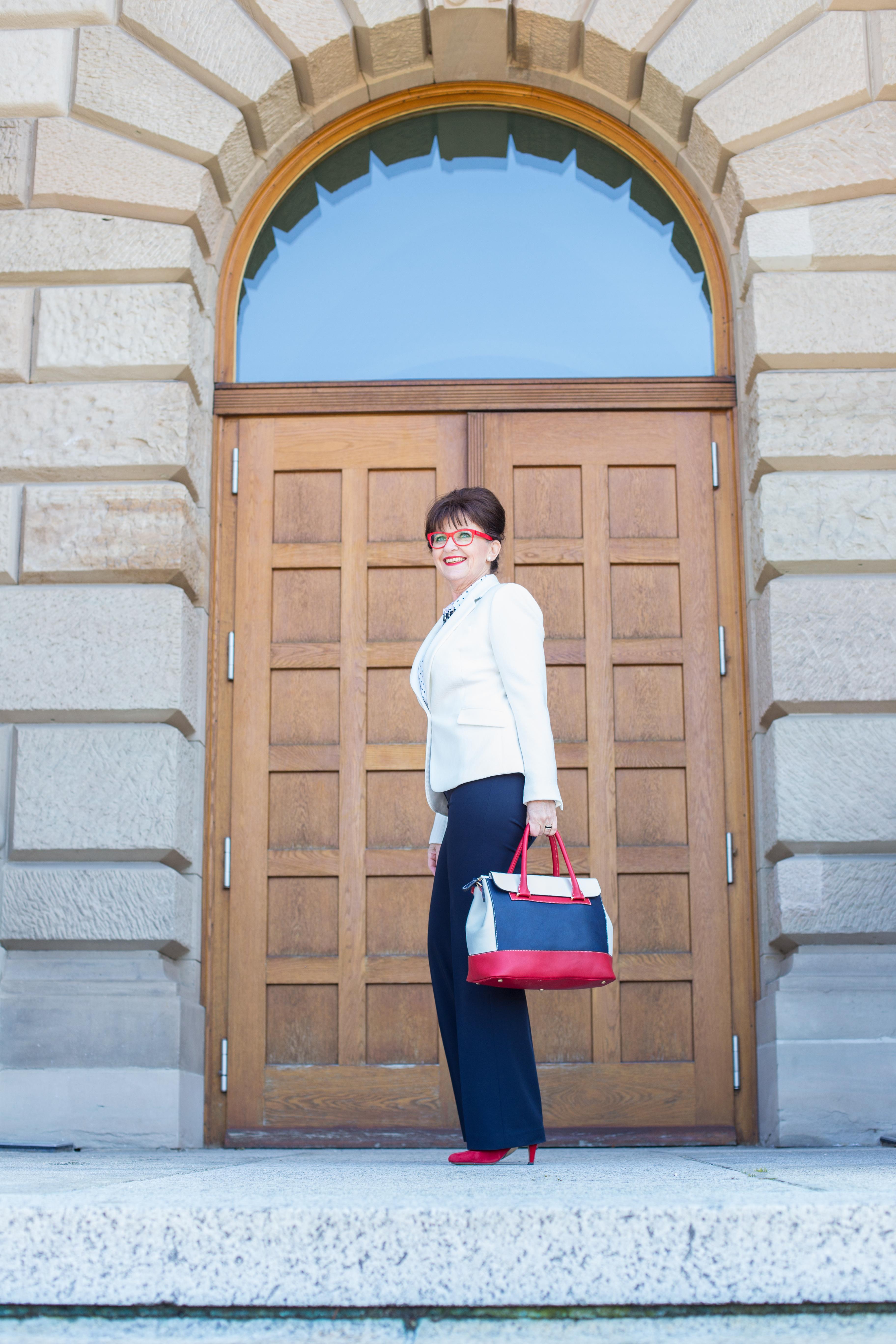 Business Look weißer Blazer - rote Brille - Tasche