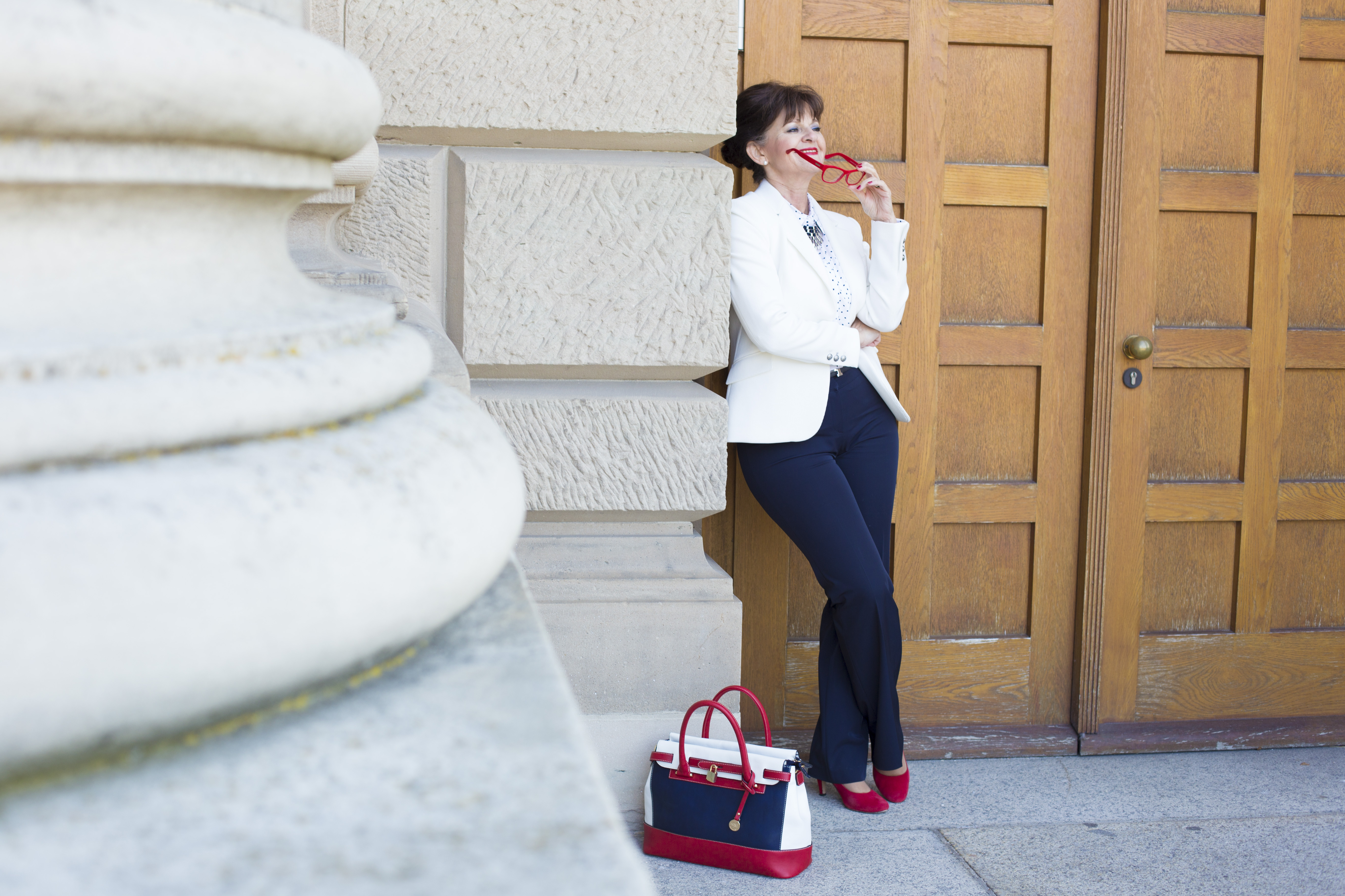 Business Look - weißer Blazer - rote Brille