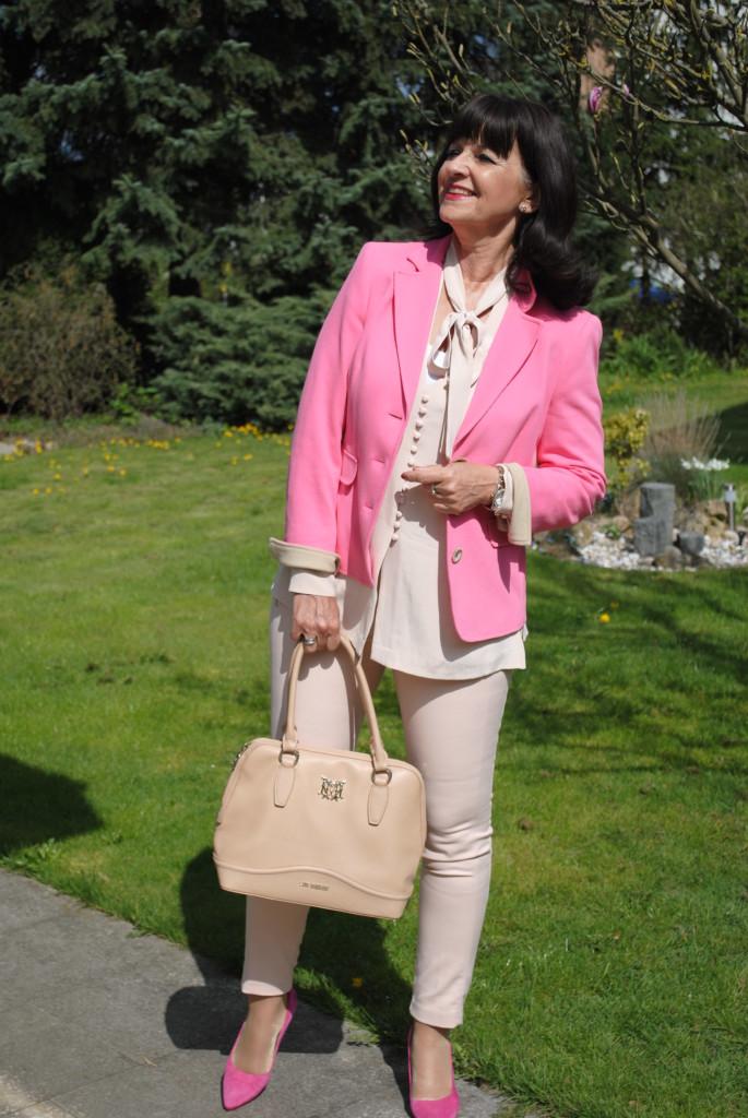 Rose Quartz mit pinkfarbigem Blazer