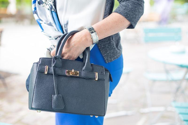 Blauer Anzug - schwarze Tasche