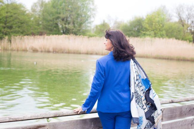 Blauer Hosenanzug am See mit Tuch