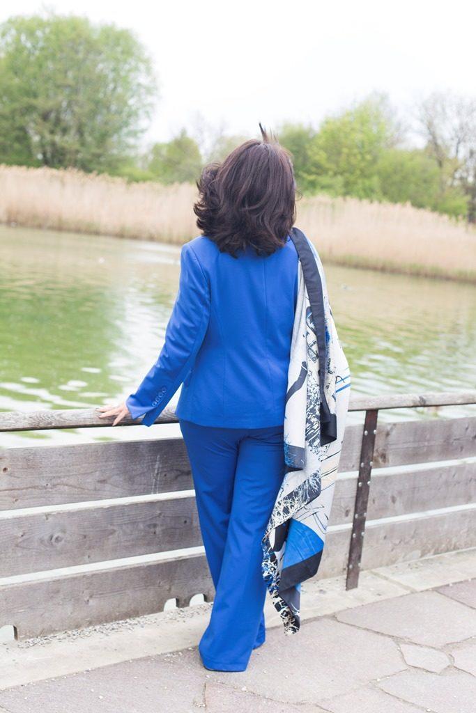 Blauer Hosenanzug mit Tuch am See - H