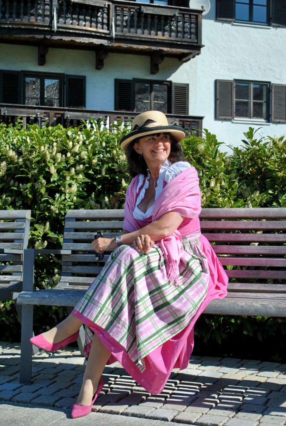 Dirndl in Pink auf der Bank