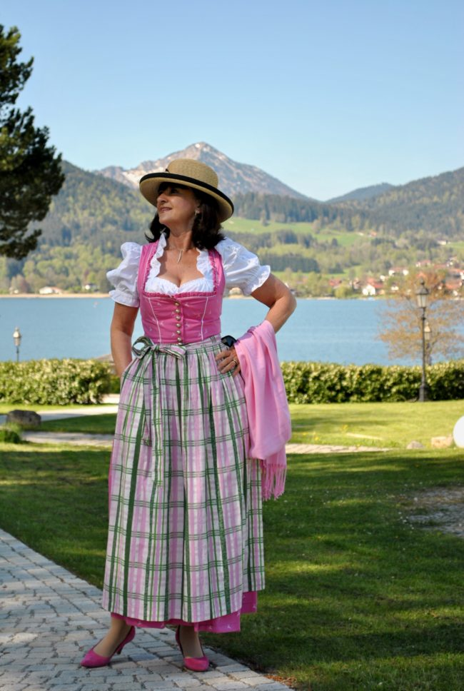 Pretty in PINK - Lady 50plus mit Dirndl
