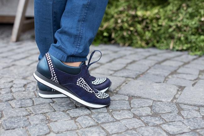 Sneakers in Blau mit Straßsteinen
