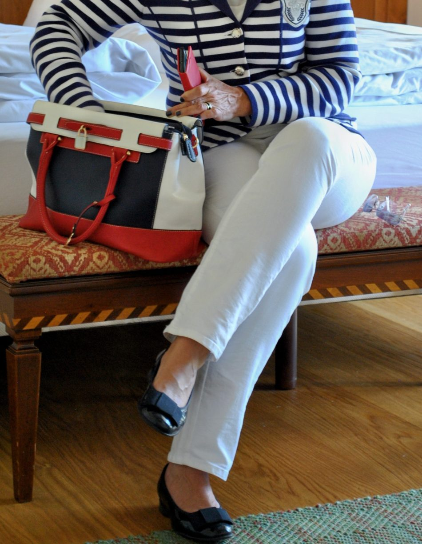 Styling für die Kurzreise Maritimer Look mit Tasche