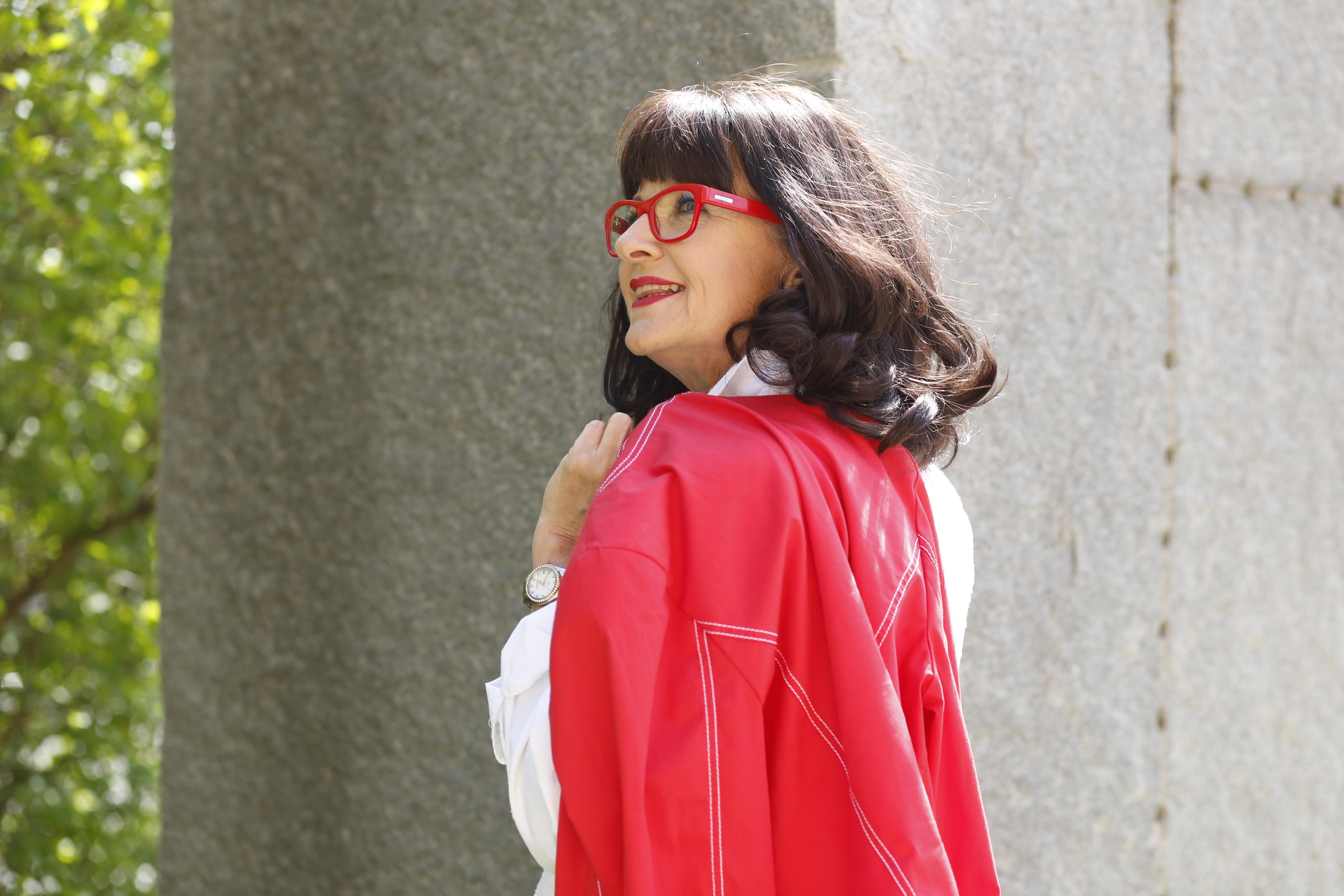 rote Brille mit rotem Blazer