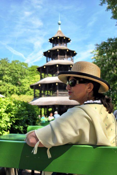 Gelbes Dirndl - Chinesischer Tum - Sonnenbrille und Hut