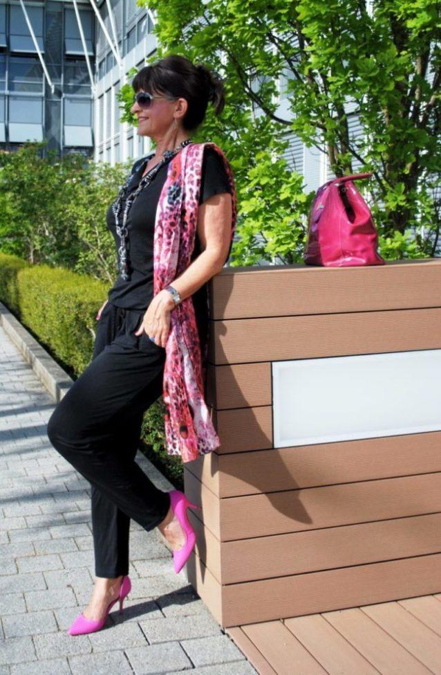 Jumpsuit im casual Look mit pinkfarbiger Tasche