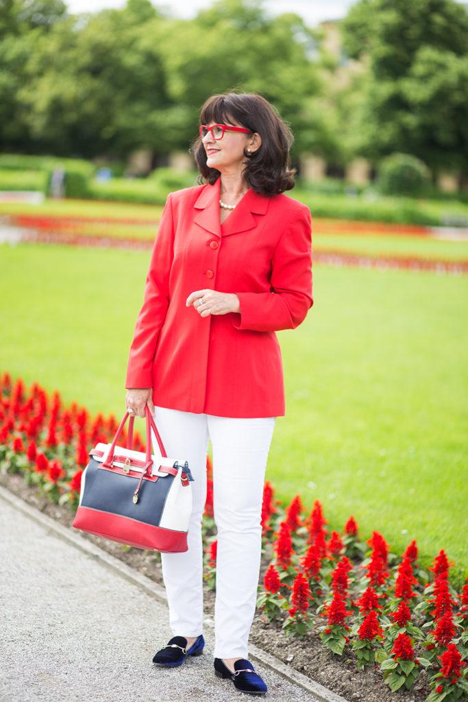 Maritimer Look mit rotem Blazer