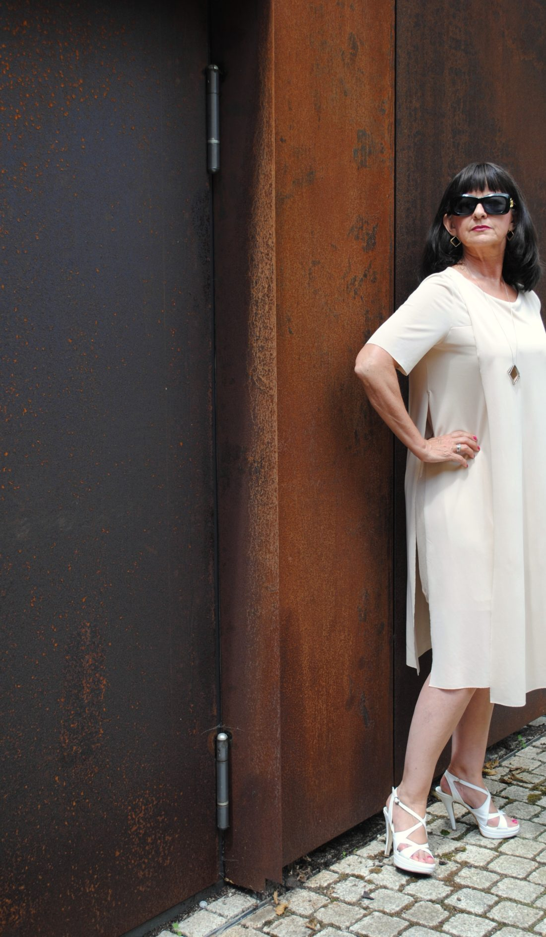 Sommerkleid nude Sonnenbrille High Heels