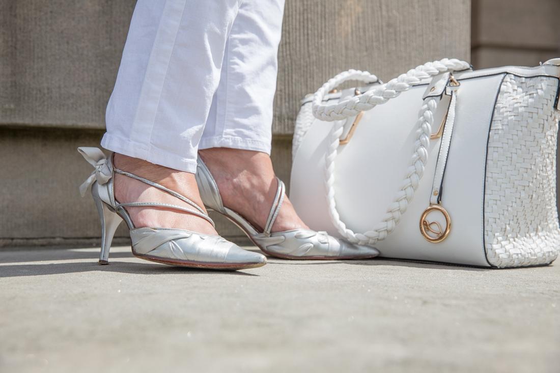 Sommerlook silberne Schuhe mit weißer Tasche
