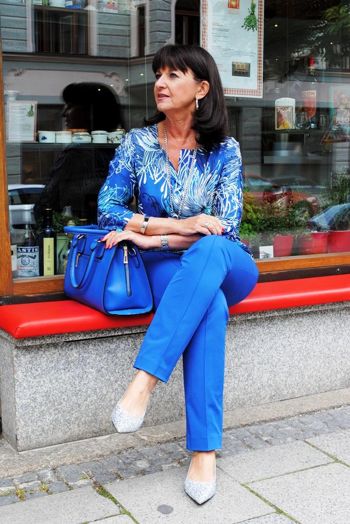 Blauer Look mit blauer Tasche