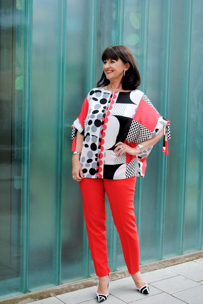 Bluse und rote Hose