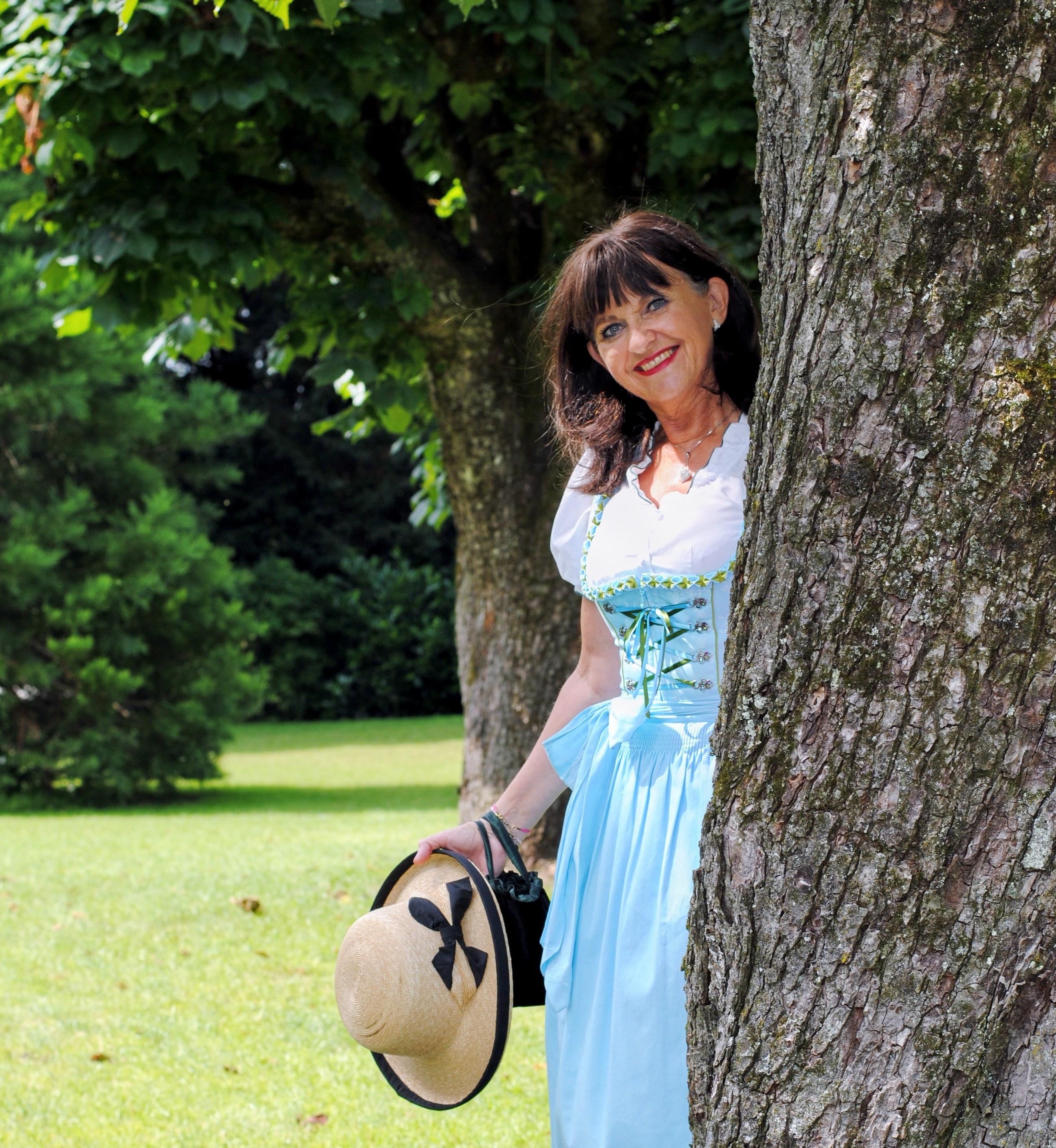Dirndl im Park mit Hut