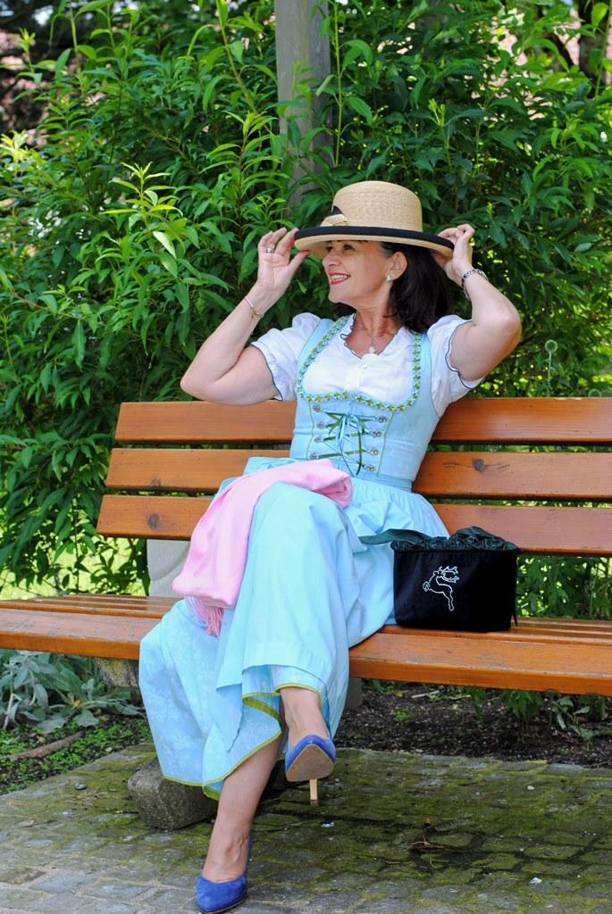 Dirndl mit Hut im Park