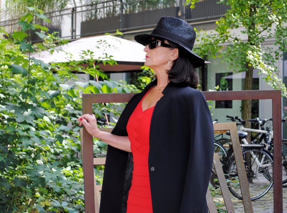 Etuikleid mit schwarzem Blazer und Hut