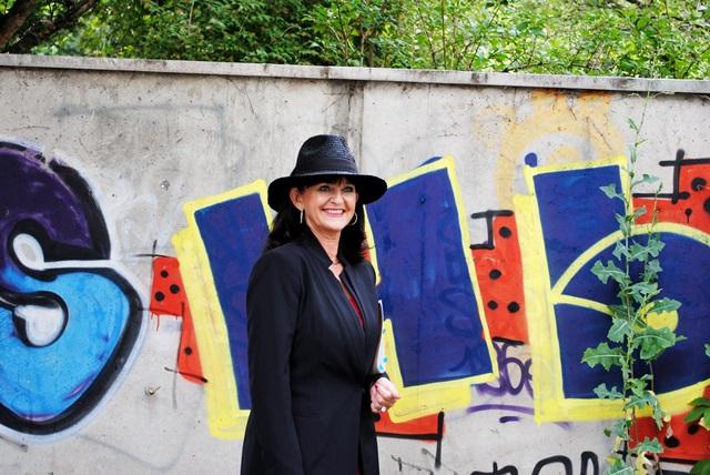 Grafiti Kleid mit Hut