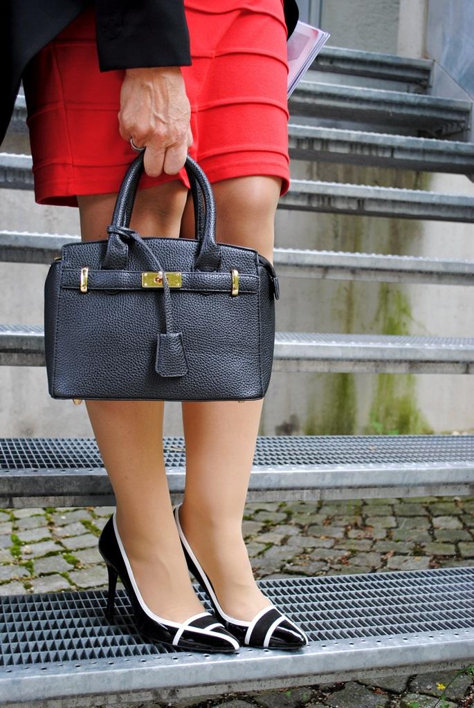 Handtasche mit rotem Kleid und Schuhe