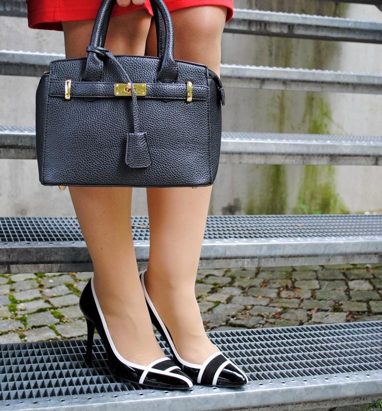 Handtasche mit schwarz weißen Schuhen