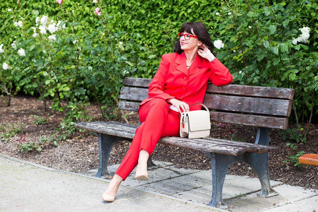 Roter Hosenanzug und rote Brille