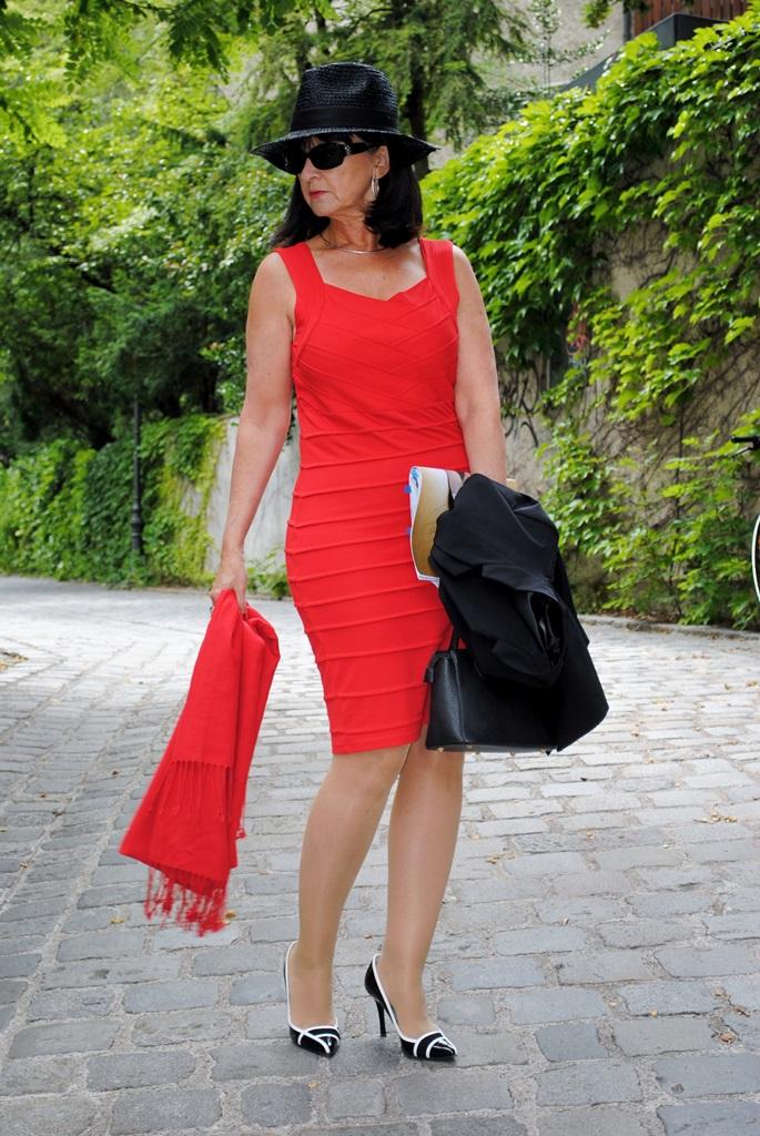 Rotes Etuikleid mit Pashmina Tuch