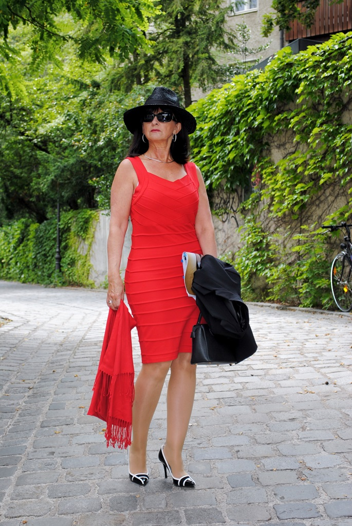 Rotes Eutikleid mit Hut