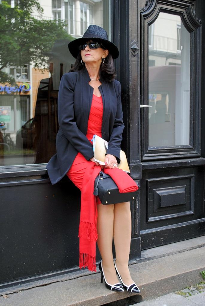 Schwarzer Blazer mit rotem Etuikleid