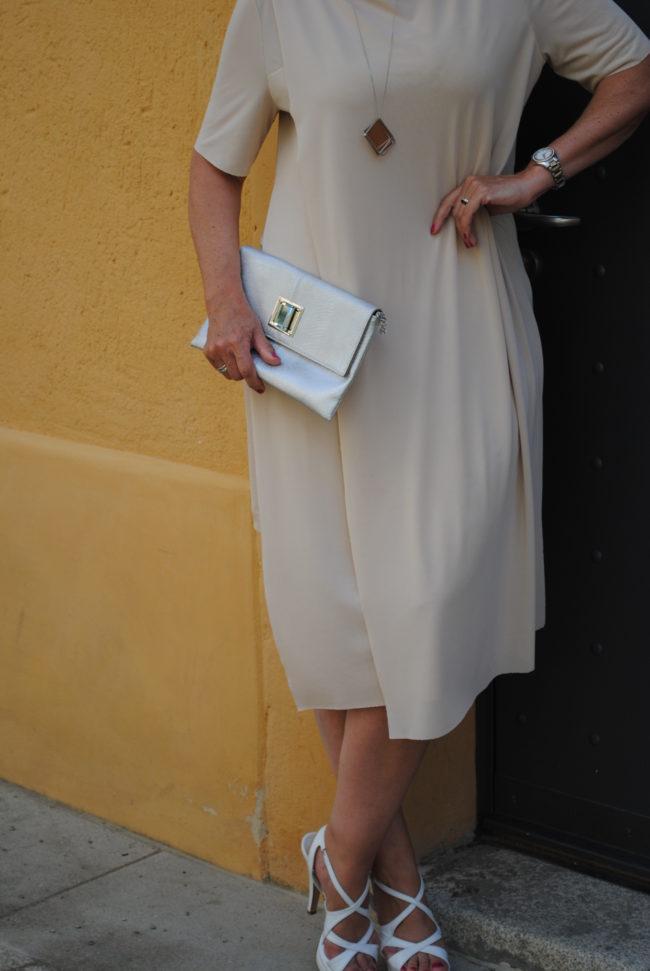 Elegantes Sommerkleid mit Schmuck