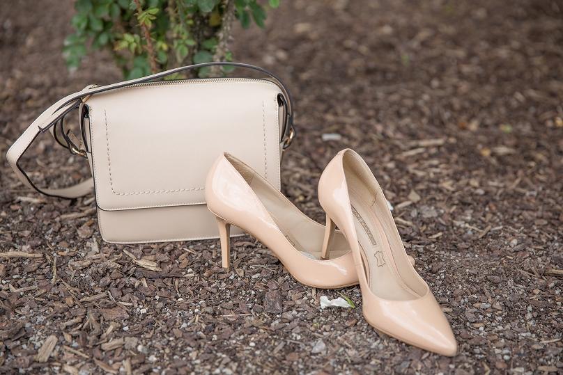 Tasche und Schuhe in nude