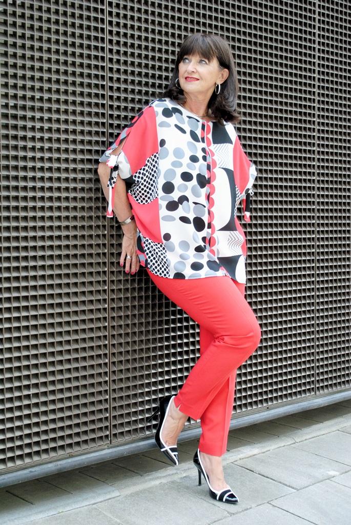 grafische Bluse mit roter Hose