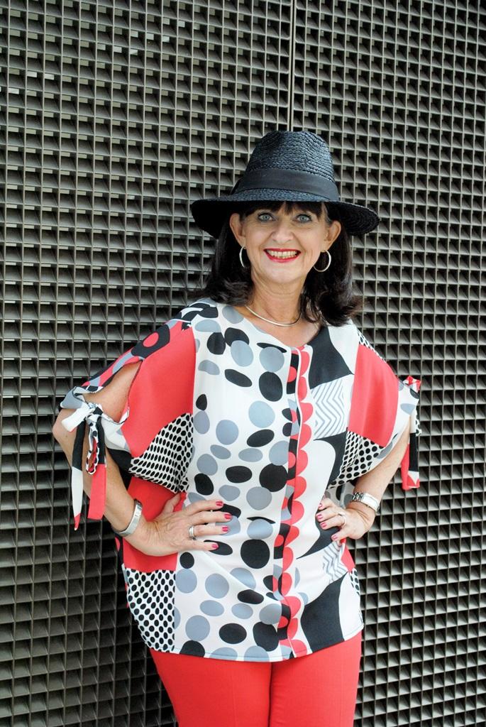 grafisches Muster der Bluse mit Hut