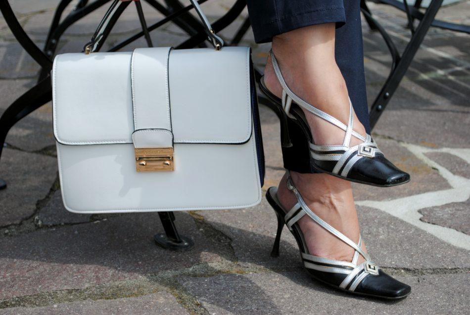 weiße Handtasche mit blauen Schuhen