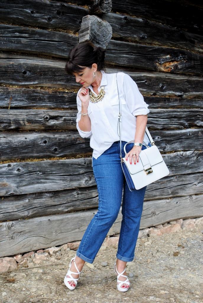 Jeans, Bluse und High Heels