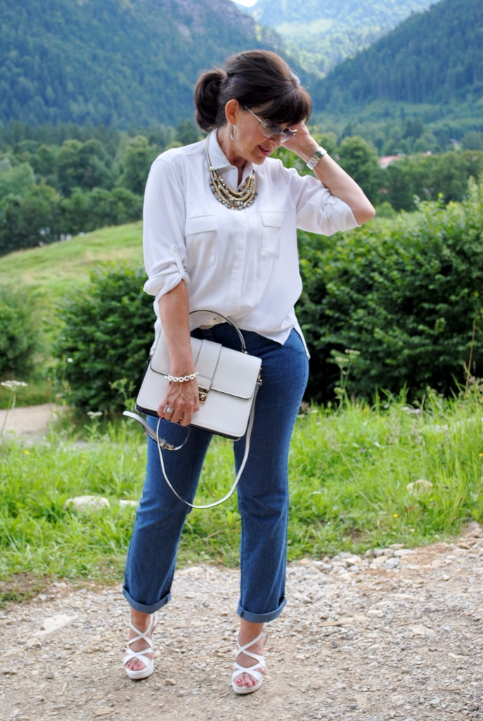 Jeans mit weißer Bluse und High Heels