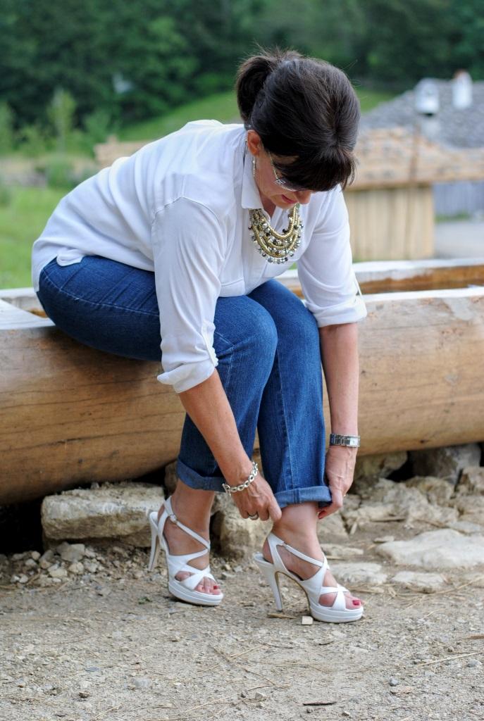 Jeans und weiße High Heels