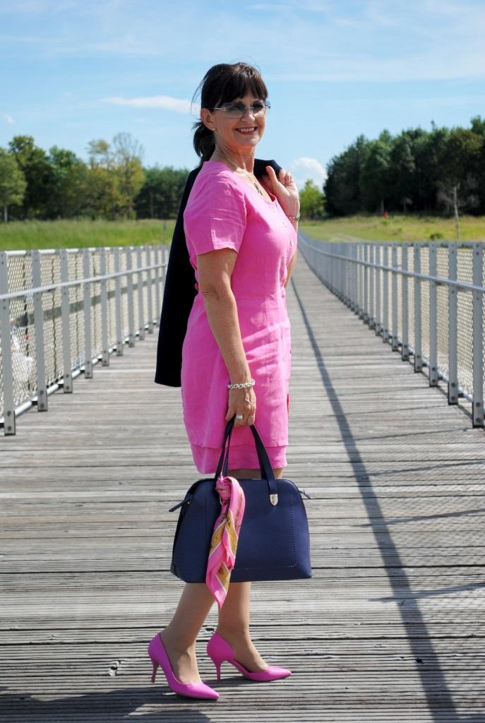 Pinkfarbiges Kleid mit Tasche
