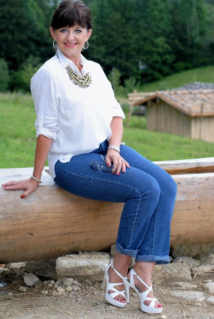 Weiße Bluse un Jeans und High Heels