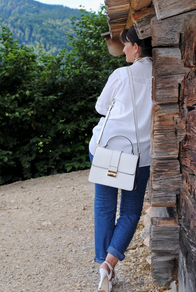 Weiße Longbluse und Tasche