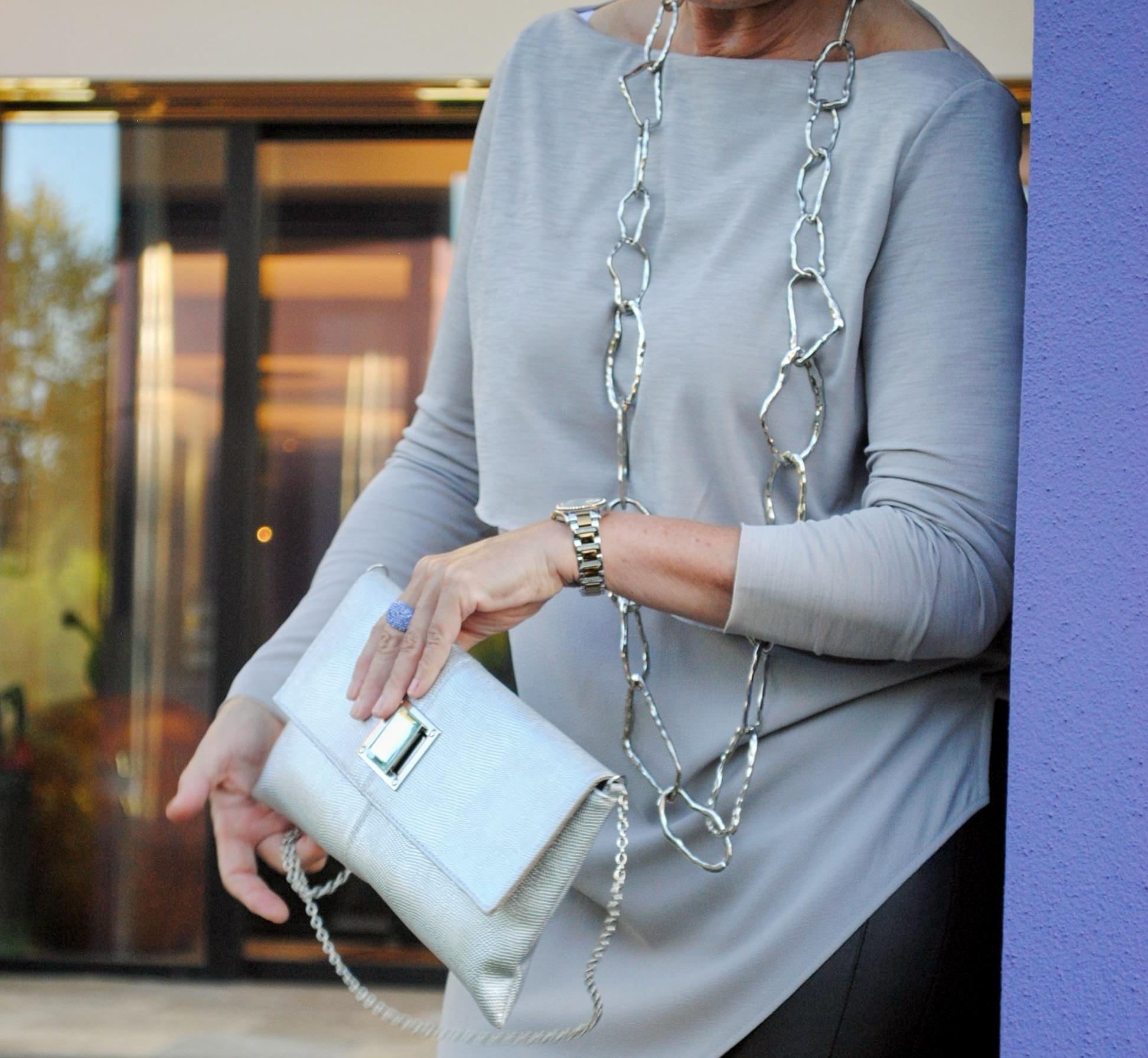 lange Kette und Tasche