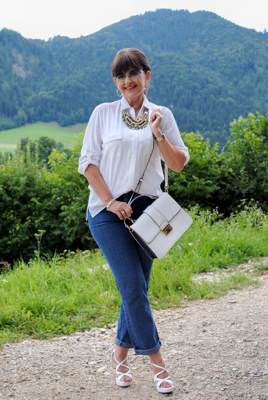 weiße Bluse mit Kette und Jeans